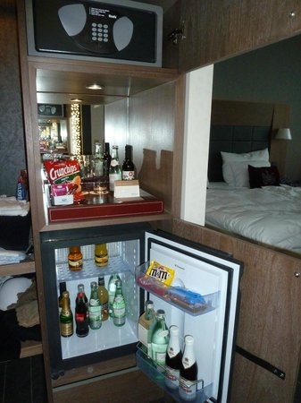 Mövenpick Hotel Stuttgart Airport & Messe: Executive room minibar and safe