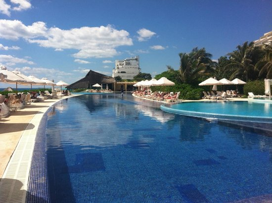 Live Aqua Beach Resort Cancun:                   Piscina