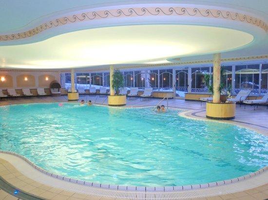 Residence Isabell:                   la piscina e le vetrate sullo sfondo.