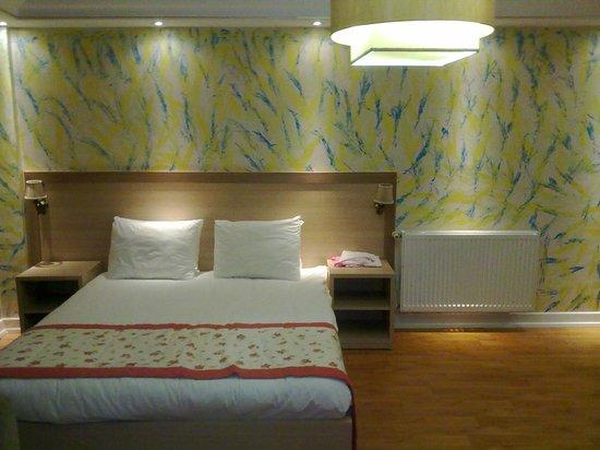 Hatay Hotel: letto camera matrimoniale con termosifone