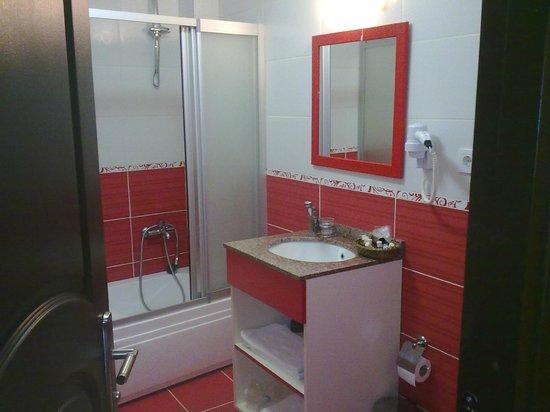 Hatay Hotel: doccia, lavandino e specchio