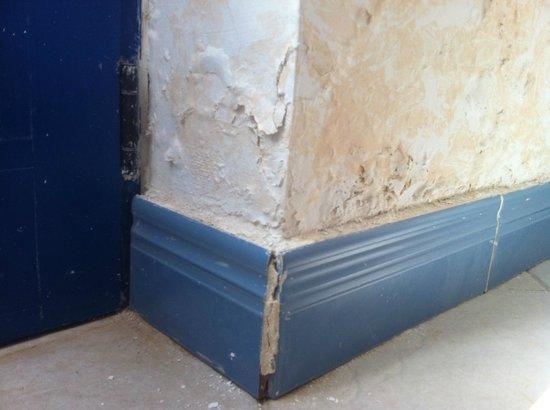 Hotel THe Volcan Lanzarote: Soaking wet peeling wall