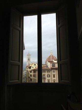 Soggiorno Antica Torre:                   vista da sdraiati sul letto. Vista Duomo.