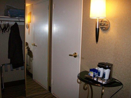 Hilton Woodcliff Lake: Door To Bathroom & Mirror Closet