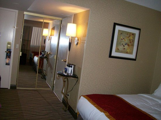 Hilton Woodcliff Lake: Double Room Type, Mirror Closet & Coffee Stand