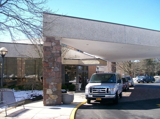 Hilton Woodcliff Lake: Exterior Front Entrance