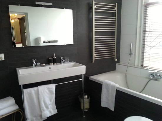 Tulipa Bed & Breakfast :                   Large, modern bathroom