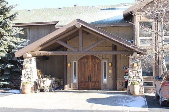 Taharaa Mountain Lodge :                   Very welcoming entrance