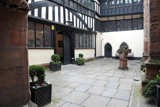Ковентри, UK: The inner court, St Mary's Guildhall