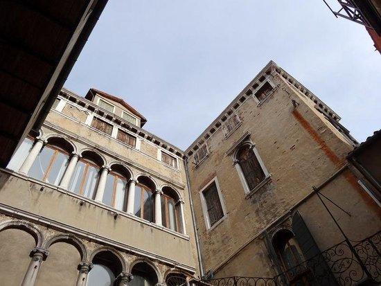Corte 1321 : le palais vu de la cour