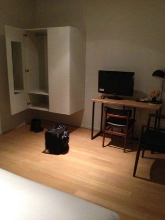 A Cote du Cinquantenaire:                   Room - desk and wardrobe
