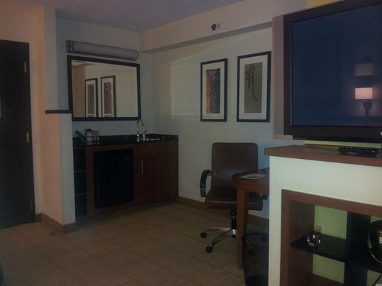 Hyatt Place Charlotte Airport/Tyvola Road: Drink making facilities, fridge, and desk