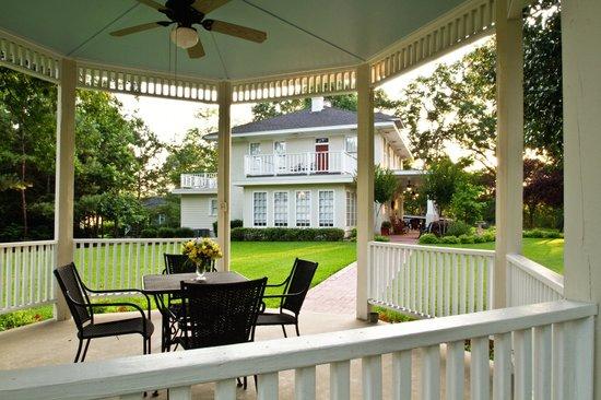 Delta Street Inn: Gazebo and House