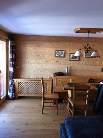 Alpe Fleurie Hotel & Residence:                   salle à manger de l'appartement