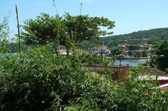 Atlantico Buzios Hotel:                   Vue du balcon de notre chambre ( à droite)