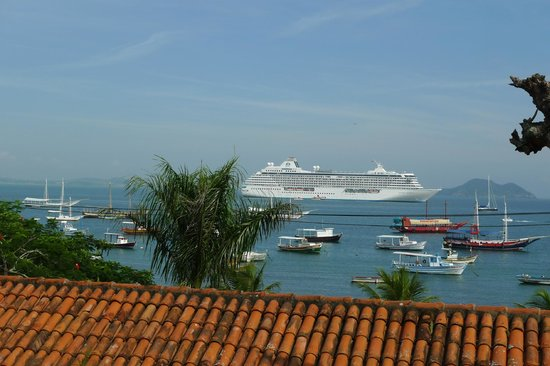 Atlantico Buzios Hotel:                   Bateau de croisière présent tous les 2 jours