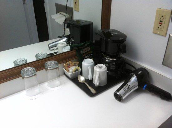Hotel l'Eau a la Bouche:                   La cafetière dans la salle de bain
