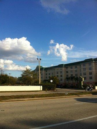 Country Inn & Suites By Carlson, Orlando:                   Vista desde el otro lado de la carretera