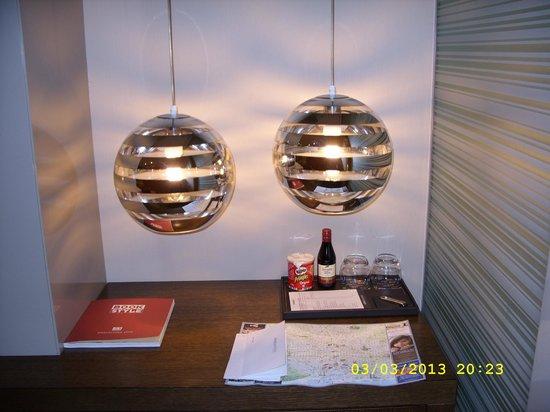โอลิเวีย พลาซ่า โฮเต็ล: лампы над мини-баром
