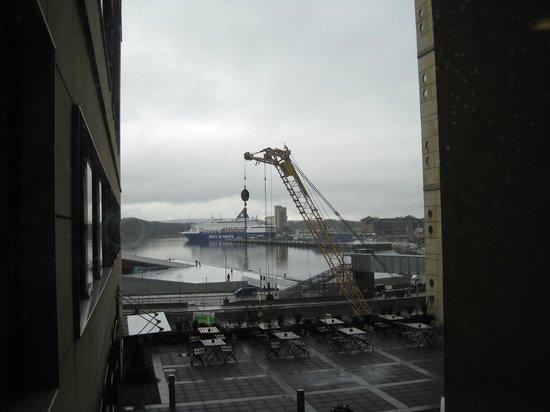 Thon Hotel Opera:                   Blick aus dem Flurfenster auf die Anlegestelle der Fähre
