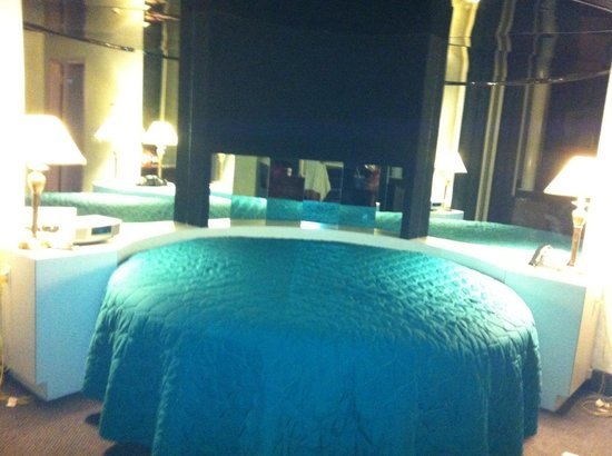 Cove Haven Resort:                   famous round bed