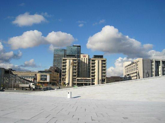 Thon Hotel Opera:                   Blick auf das Hotel vom Dach des Opernhauses aus