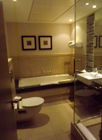 Protea Hotel by Marriott Cape Town North Wharf:                   bathroom