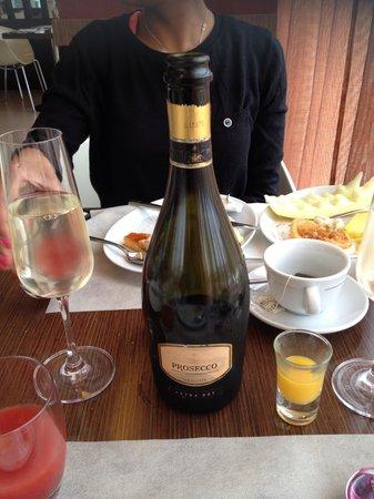 Best Western Hotel Goldenmile Milan:                   Breakfast wine