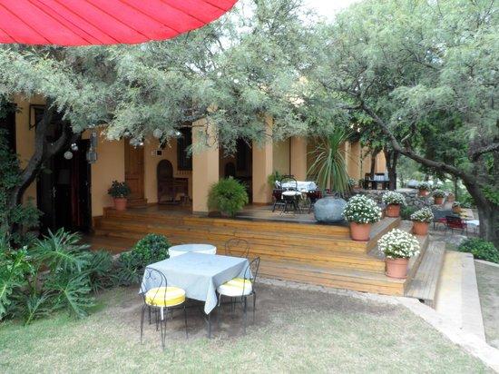 Hotel Estancia de la Cruz: Ingreso y Jardin