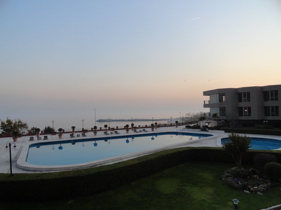 Cinar Hotel:                   View of pool overlooking Marmara sea