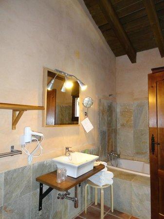 Molinos de Fuenteheridos:                   Baño con bañera y ducha