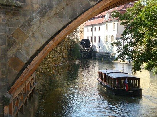 Kampa Garden: У части номеров окна выходят на речку Чертовку и мельницу