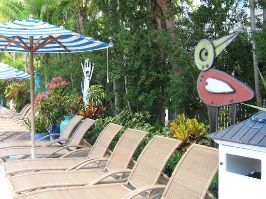 Parrot Key Hotel and Villas: Art by a pool