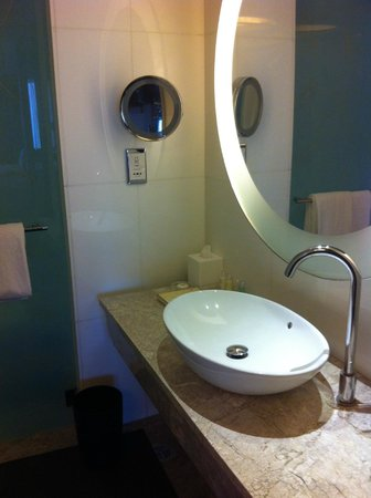 L'hotel Nina et Convention Centre:                   Bathroom