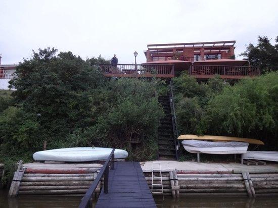 Dungbeetle River Lodge:                   Hotelansicht vom Fluss aus