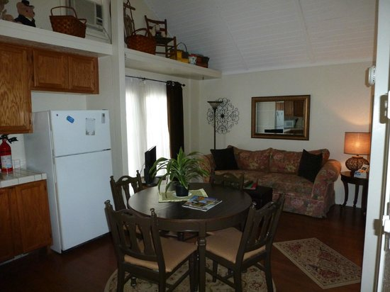 Comfi Cottages of Flagstaff: The Loft (919C Beaver) Living and Dining Area