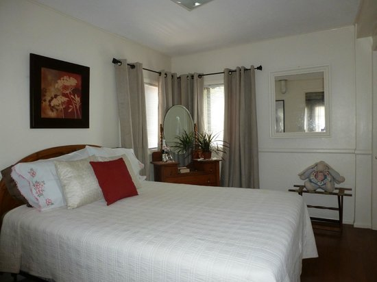 Comfi Cottages of Flagstaff: The Loft (919C Beaver) Master Bedroom w/ Queen bed