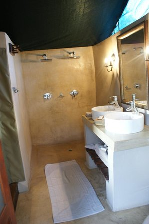 Simbavati River Lodge: Bathroom in room