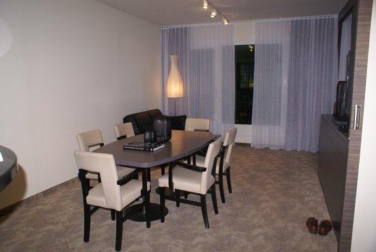 Arcotel John F: гостиная (номер люкс)