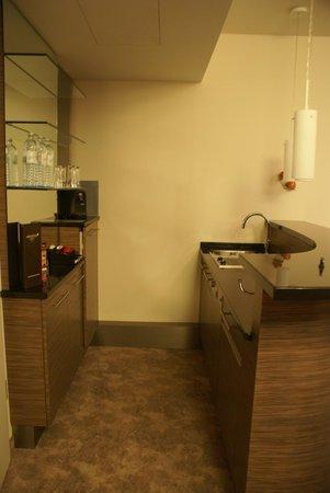Arcotel John F: кухонный уголок (номер люкс)