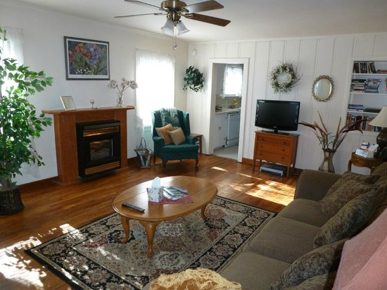 Comfi Cottages of Flagstaff: The Bungalow (919 N.Beaver) Living Room w/ Gas Fireplace