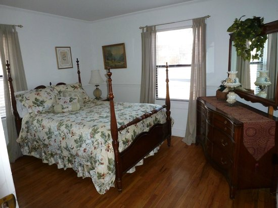Comfi Cottages of Flagstaff: The Bungalow (919 N. Beaver) Front Bedroom w/ Double bed