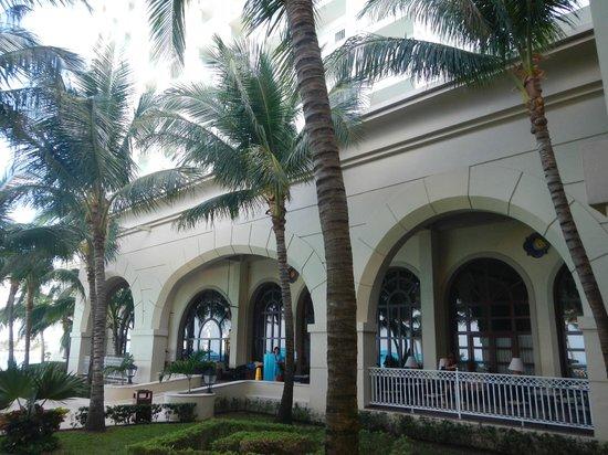 Hotel Riu Cancun:                   Grounds.