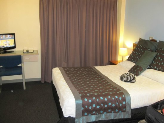 Mariners Court Hotel:                   bedroom