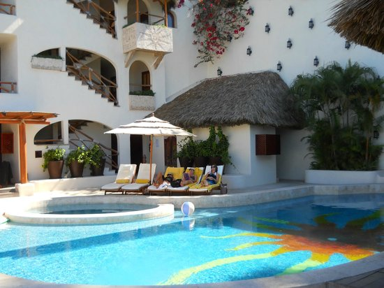 Hotel Playa Fiesta:                   Pool lounging