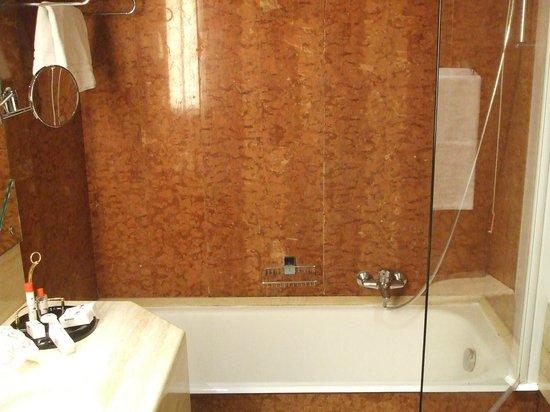 Antares Hotel Accademia: Vasca e doccia
