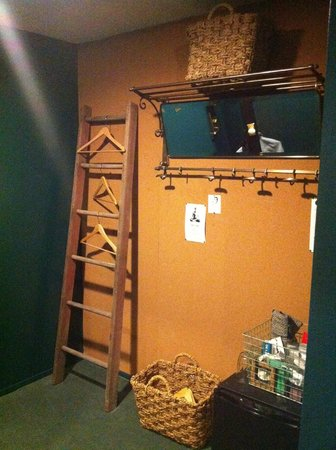 Palihotel:                   Guestroom Closet-Clever