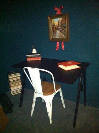 Palihotel :                   Guestroom Desk