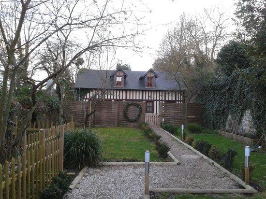 Le Fond de la Cour:                                     le cottage au calme, au fond du jardin