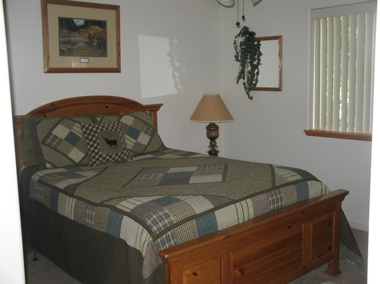 Comfi Cottages of Flagstaff: Mountain Country Retreat (710 B Birch) Master Bedroom w/ Queen Bed